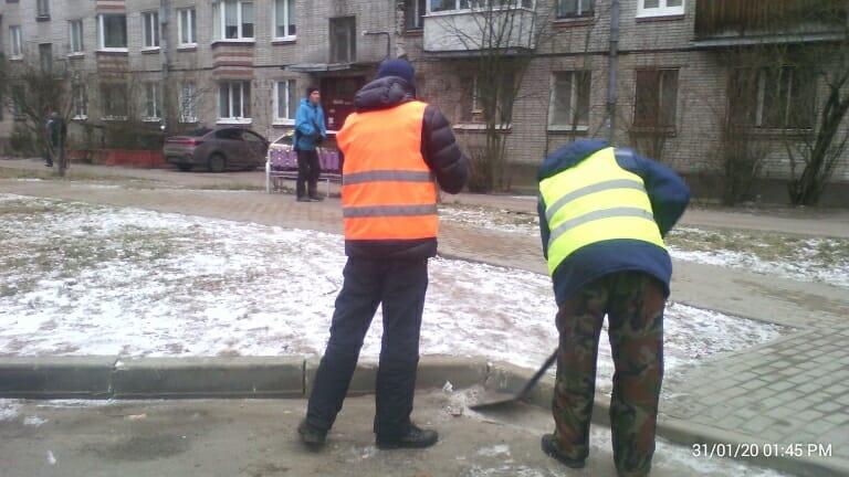 Коммунальные службы продолжают уборку в плановом режиме