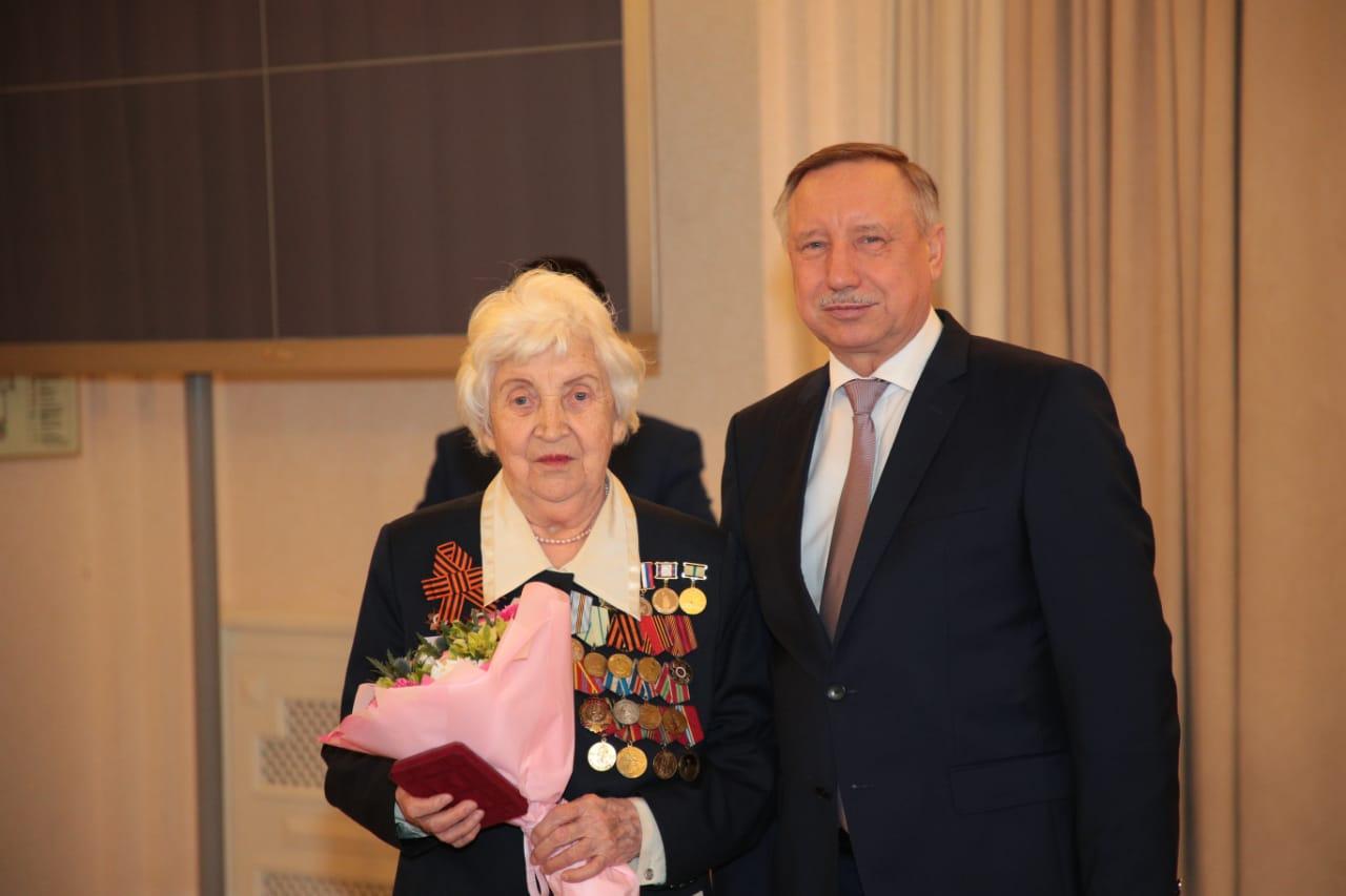 Александр Беглов вручил ветеранам юбилейные медали