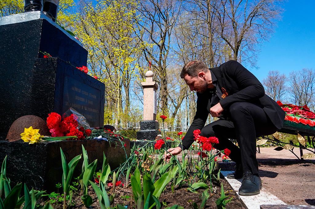 Депутаты возложили цветы