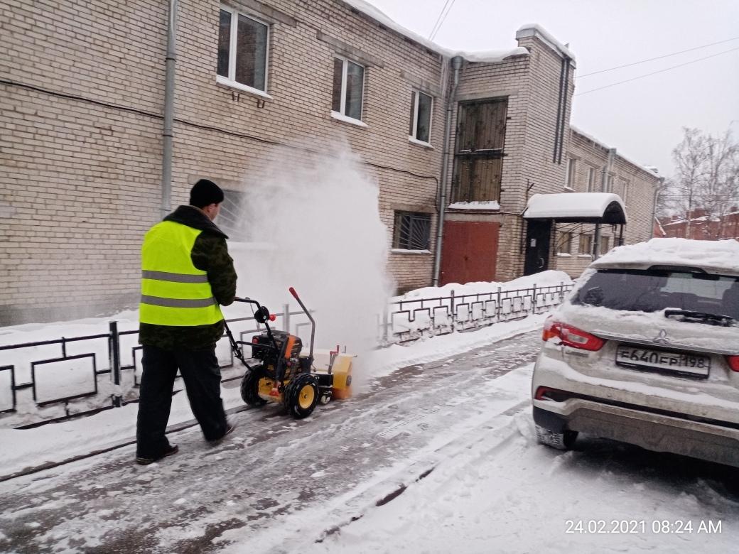 Еще один день и еще одна битва коммунальщиков со снегом