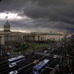 Петербургская погода устроила небольшое «чудо»: дождливое небо расступилось над куполом Казанского собора